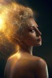 Verticale d'un blond avec le cheveu brûlant Photos libres de droits
