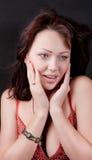 Verticale d'un brunette avec un bracelet sur son bras Photo stock