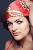 Verticale d'un brunette dans une écharpe lumineuse photo libre de droits