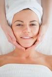 Verticale d'un brunette de sourire ayant le massage Image stock