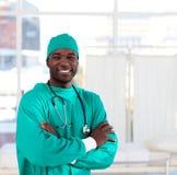 Verticale d'un chirurgien afro-américain souriant au Th images libres de droits