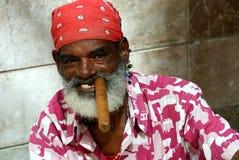 Verticale d'un cigare cubain Photo stock