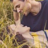 Verticale d'un couple affectueux Homme et femme en nature Photographie stock libre de droits