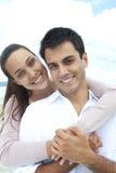 Verticale d'un couple dans l'amour sur la plage Photos libres de droits
