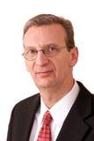 Verticale d'un directeur plus ancien au-dessus de blanc Photographie stock libre de droits