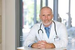Verticale d'un docteur de soin aîné Photo libre de droits