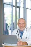 Verticale d'un docteur de soin aîné Image stock