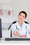 Verticale d'un docteur féminin affichant des pillules Images stock