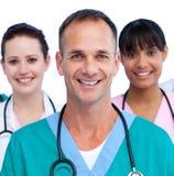 Verticale d'un docteur mâle et de son équipe médicale Photographie stock libre de droits