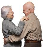 Verticale d'un embrassement aîné heureux de couples Photo stock