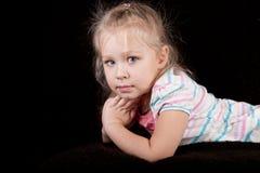 Verticale d'un enfant de fille sur un fond noir Images libres de droits