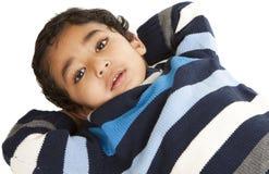 Verticale d'un enfant en bas âge de sourire se trouvant sur l'étage photographie stock