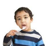Verticale d'un enfant en bas âge se brossant les dents image libre de droits