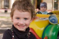 Verticale d'un enfant en stationnement d'attraction Photographie stock libre de droits