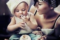 Verticale d'un enfant et d'une momie Image libre de droits