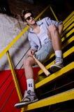 Verticale d'un garçon à la mode de détente sur le stai Images libres de droits