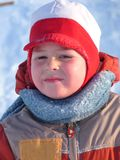 Verticale d'un garçon avec la neige humide du visage Image stock