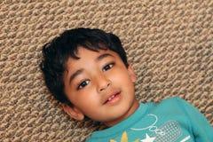 Verticale d'un garçon de sourire d'enfant en bas âge photographie stock libre de droits