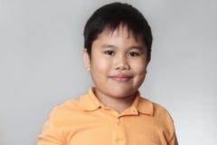 Verticale d'un garçon de sourire heureux Photos libres de droits