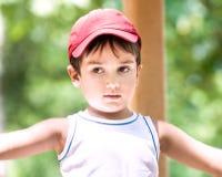 Verticale d'un garçon des ans 3-4 Photo stock