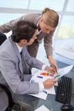 Verticale d'un gestionnaire indiquant à quelque chose son employé photos stock
