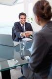 Verticale d'un gestionnaire interviewant un demandeur féminin photo libre de droits