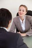 Verticale d'un gestionnaire interviewant un demandeur mâle photo libre de droits