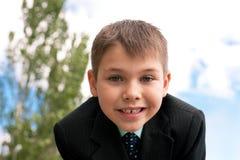 Verticale d'un gosse de sourire à l'extérieur Photographie stock libre de droits
