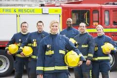 Verticale d'un groupe de sapeurs-pompiers photo stock