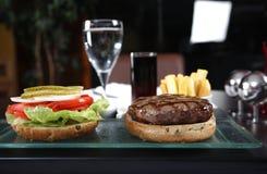 Verticale d'un hamburger Photographie stock libre de droits