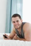 Verticale d'un homme à l'aide de son téléphone portable Photo stock
