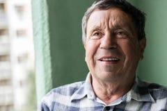 Verticale d'un homme aîné de sourire Photos stock