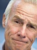 Verticale d'un homme aîné fronçant les sourcils Photographie stock libre de droits