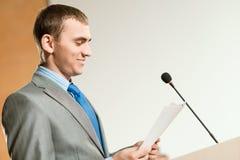 Verticale d'un homme d'affaires avec le microphone Photos stock