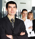 Verticale d'un homme d'affaires bel dans un procès Image stock