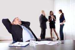 Verticale d'un homme d'affaires regardant vers le haut Photo stock