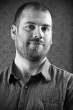 Verticale d'un homme en noir et blanc Photo libre de droits