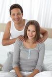 Verticale d'un homme heureux massant sa amie Photo stock