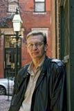 Verticale d'un homme plus âgé se penchant sur le mur Images libres de droits