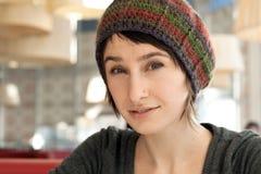 Verticale d'un jeune beau brunette photos libres de droits