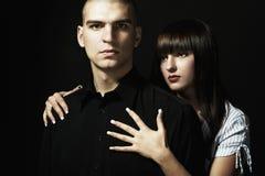 Verticale d'un jeune beau couple Photo libre de droits