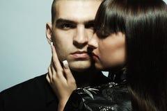 Verticale d'un jeune beau couple Photographie stock libre de droits