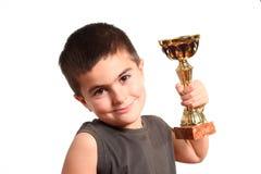 Verticale d'un jeune champion de sourire avec le trophée Image libre de droits