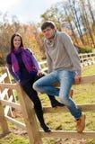 Verticale d'un jeune couple dans la campagne Photo libre de droits