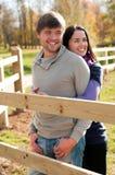 Verticale d'un jeune couple dans la campagne Images libres de droits