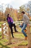 Verticale d'un jeune couple dans la campagne Image stock