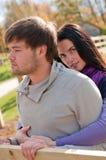Verticale d'un jeune couple dans la campagne Photographie stock
