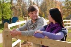 Verticale d'un jeune couple dans la campagne Image libre de droits