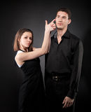 Verticale d'un jeune couple drôle dans l'amour Image libre de droits