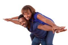 Verticale d'un jeune couple heureux ayant l'amusement Images stock